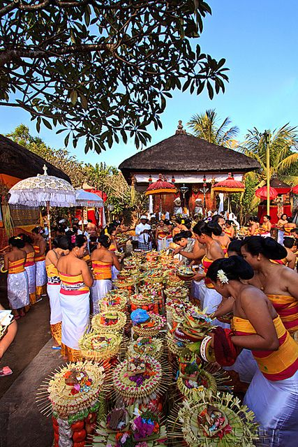 BALINESE WOMEN & GEBOGAN.  Let me show you the sights and culture of Bali!  www.rudisbalitours.com