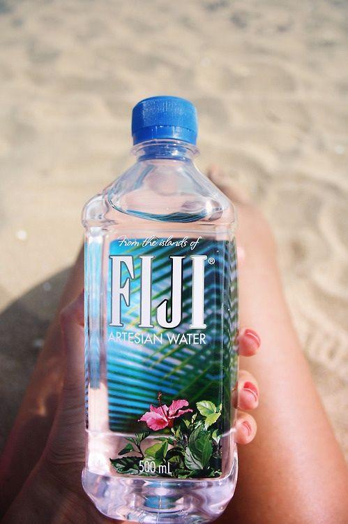 Bu plusieurs bouteilles de Fiji water