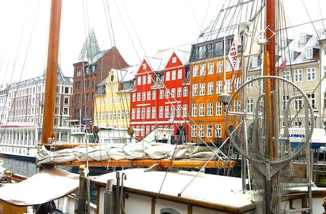 Habituée à parler de l'Italie, je voulais absolument vous faire découvrir Copenhague, mon dernier coup de coeur «voyagistique». Copenhague est certes une petite ville médiévale avec ses rues pavées, ses maisons colorées, ses vélos et ses sirènes partout, mais c'est surtout une ville pleine de vitalité et de dynamisme. Je suis donc partie là-bas en février dernier, braver le froid, pour aller rendre visite à une amie italienne expatriée. A peine arrivée, elle m'amène, pour me mettre tout de…