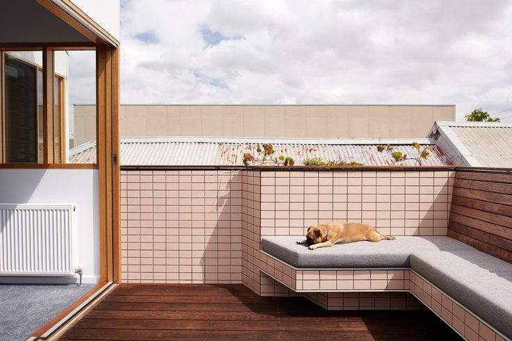 На террасе уже присутствует вся необходимая встроенная мебель. .