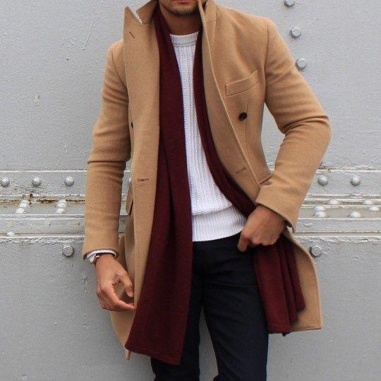 Combinația perfectă: palton camel, fular burgund, pulover (am fi ales o altă nuanță decât alb - gri deschis, de exemplu)