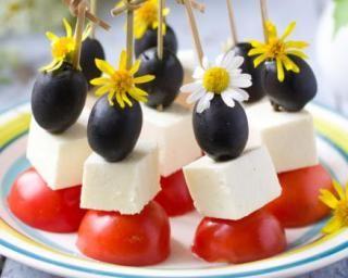 Mini-brochettes de tomates, féta et olives : http://www.fourchette-et-bikini.fr/recettes/recettes-minceur/mini-brochettes-de-tomates-feta-et-olives.html