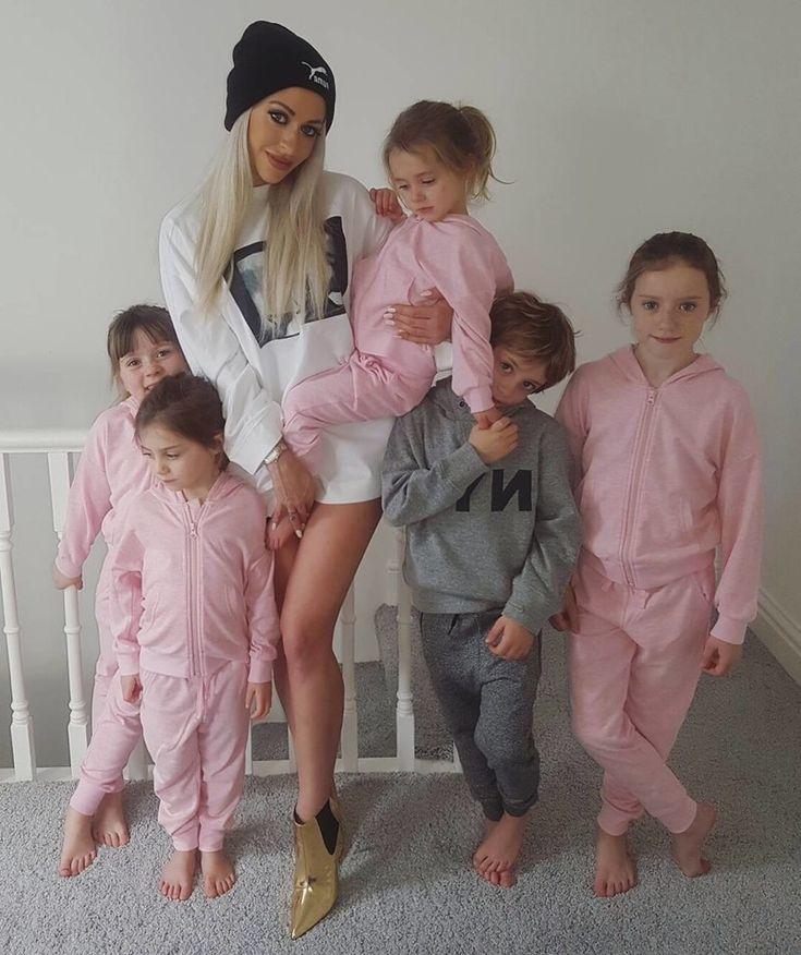 Мать пятерых детей утверждает, что нет оправдания лишнему весу после беременности http://kleinburd.ru/news/mat-pyateryx-detej-utverzhdaet-chto-net-opravdaniya-lishnemu-vesu-posle-beremennosti/  У 34-летней британки Симон Гейтли из Норт-Йоркшира, Великобритания, пятеро детей, старшему из которых уже 9 лет. Но она все равно умудряется оставаться в прекрасной форме и уделять время тренировкам два раза в день. Многодетная мама начинает свой день в 5 утра с занятий в спортзале, затем идет на…