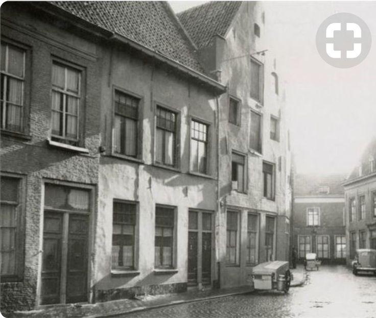 Kraanstraat ...Jaar 1849 . Gezien vanuit de zuidzijde met het hoekhuis in de Schoolstraat . In het midden (Kraanstraat 8)een Pakhuisgevel uit 1641. De panden zijn gesloopt in 1955 .
