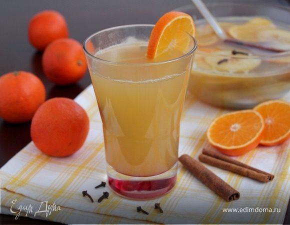 Горячий цитрусовый пунш. Ингредиенты: яблочный сок, лимонный сок, апельсиновый сок