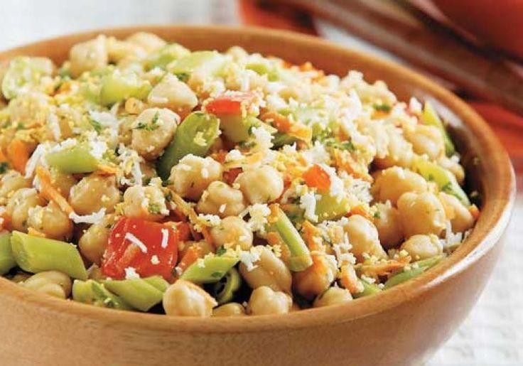 Além de muito saudável, salada de grão-de-bico é fácil e rápida de preparar.