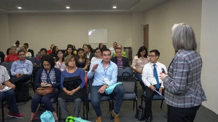 """En el marco del 3er. Congreso AMEXPCTND en las instalaciones del Hospital San José, Adriana Bustamante lleva a cabo la ponencia """"Técnicas de Terapia respiratoria/ rehabilitación en enfermedades neuromusculares."""