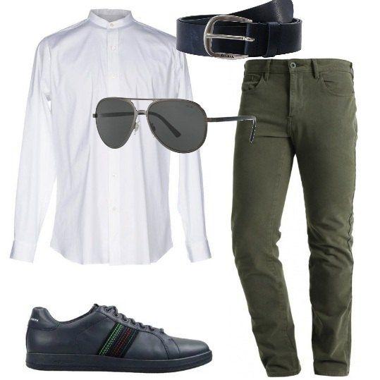 In questo outfit la camicia bianca a maniche lunghe, con collo alla coreana, è abbinata a pantaloni in cotone elasticizzato, modello slim, sneakers di pelle blu con applicazioni a contrasto, cintura di pelle blu e occhiali da sole grigi.