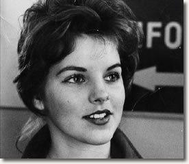 """A jovem de quatorze anos Priscilla Beaulieu tinha sido recém-eleita """"Rainha da Escola Junior Del Valley"""" por seus colegas de classe em Austin, Texas, quando o Elvis Presley de 24 anos a encontrou pela primeira vez na noite de domingo, 13 de setembro de 1959."""