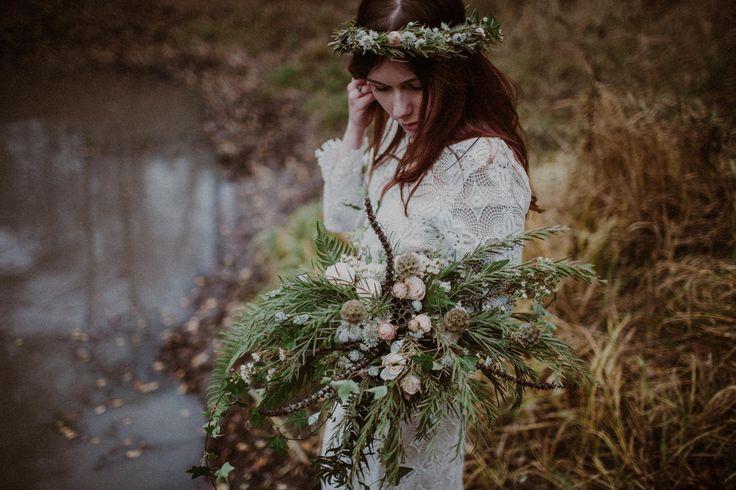 wedding session in the forest / bridal bouquet / floral crown / wedding dress lace / autumn forest / leśna sesja ślubna / sesja w lesie / zakochana para / leśna miłość / fot. Kamila Piech
