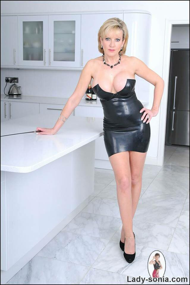 Lady sonia in latex