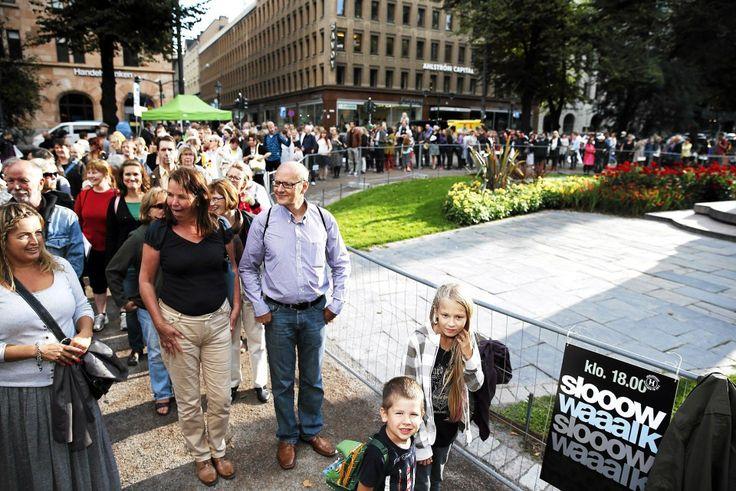Esplanadin Slow walk - kävelyyn osallistuivat Milo Metso ja Emily Piatto (edessä). Kuva: Rio Gandara / HS -- Lue juttu: Taiteiden yötä juhlittiin värikkäästi Helsingissä