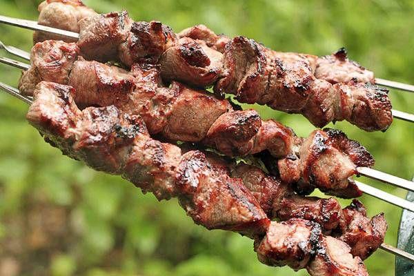 Шашлык из свинины 2 кг свиной мякоти, 2 луковицы, 1 пучок свежей зелени, 2 ст.л. томатной пасты, 1 ст.л. молотой паприки, красный острый перец по вкусу, молотый кориандр, черный перец.  Читать больше: http://boltai.com/topics/7-luchshih-retseptov-shashlykov-ot-kotoryh-slyunki-tekut/?auth=mail_key