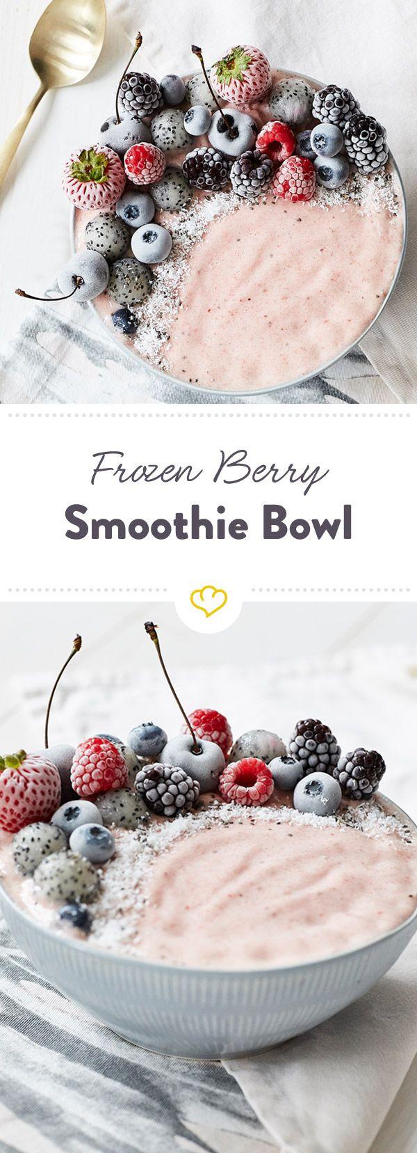 Gefrorene Erdbeeren, Bananen, Mandelmilch und Joghurt ... getoppt mit einer Handvoll bunter Beeren aus dem Eis - klingt nach dem perfekten Frühstück.