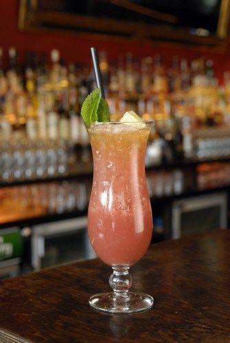 Розовый пунш с малиной и персиками