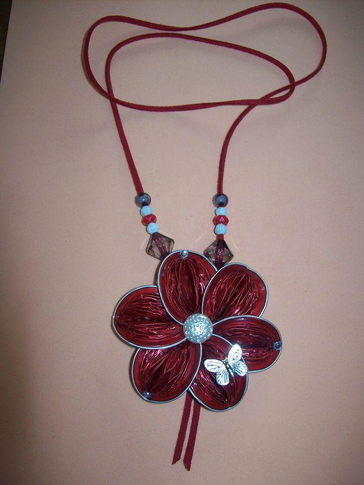 Colgante flor con mariposa,cuerda de ante y piedra de nácar.