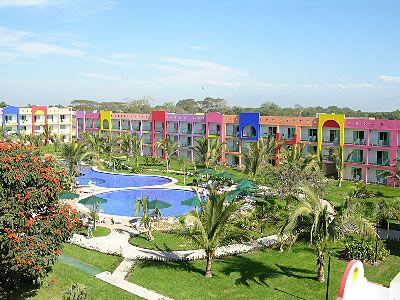 Royal Decameron Complex en Nuevo Vallarta, Nayarit EL ROYAL DECAMERON COMPLEX, INTEGRADO POR TRES PROPIEDADES HOTELERAS, ESTÁ LOCALIZADO A 20 MINUTOS DEL AEROPUERTO INTERNACIONAL DE PUERTO VALLARTA, SOBRE LA MAS DIVERTIDA Y EXTENSA PLAYA DE LA HERMOSA BAHÍA DE BANDERAS, EN EL TÍPICO PUEBLITO MEXICANO DE BUCERÍAS.