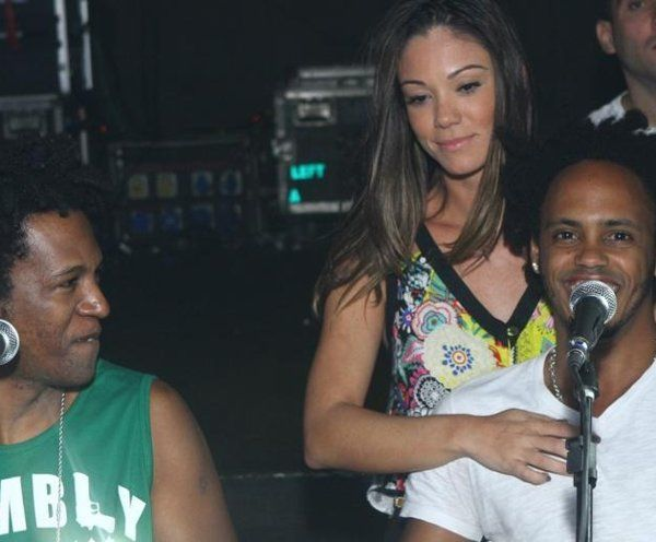 De olho no sucesso de Anitta, grupo de pagode se oferece no meio de show para empresária da cantora | Que Bafo! - Yahoo OMG! Brasil.´´Pura Amizade´´