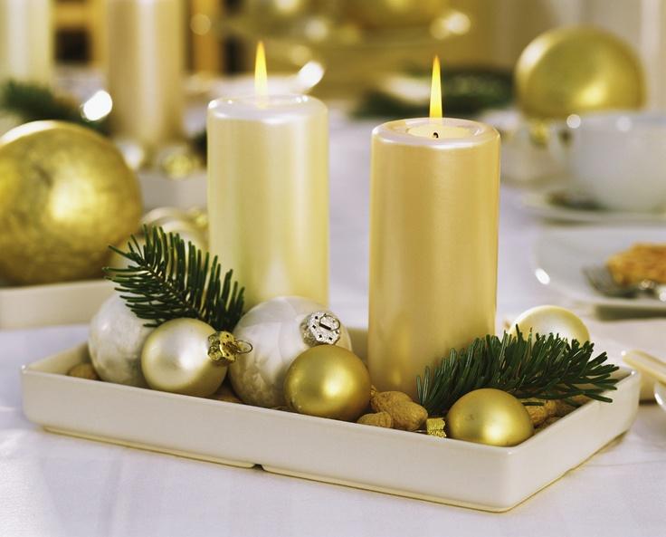 UN CENTRE DE TABLE MAGIQUE - Illuminez votre table d'une couleur chaude et naturelle. Sur une nappe blanche, disposez au centre des bougies dorées, quelques boules de décoration du même ton et des petites branches de sapin. Quelques éléments simples qui habillent votre table avec élégance et naturel !