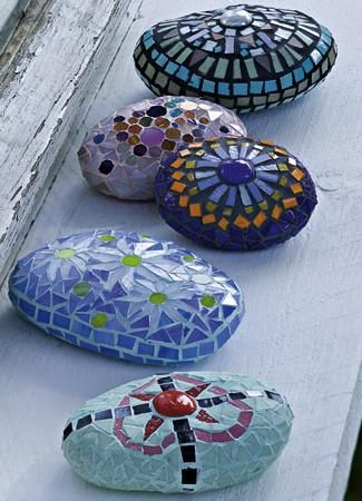 Mosiac on rocks, easy way to practice your mosaic skills and designs then use in the garden for decor.  From TIENDA REGALOS