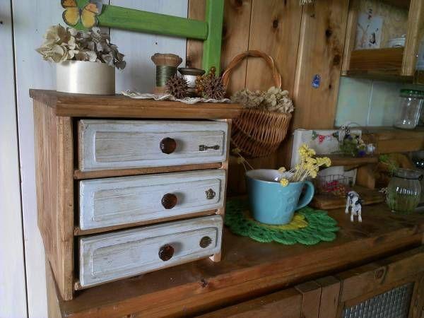 こんにちわ~    前回記事から引き続き 「セリアの木製ボックスで 引き出し付きの収納家具を作りたいっっっ」  の、お時間です(笑)    できあがりました~    今回、作ってる時に すっごく大きな発見があったんですよ     我が家の、引き出しつき...