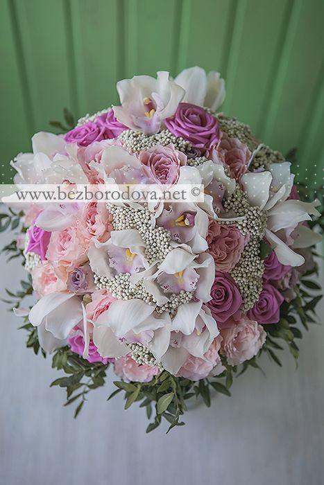 Букет в подарок из белых орхидей и розовых пионовидных роз