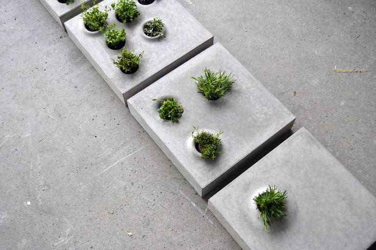 Caroline Brahme est diplômée de l'Université de Lund en Suède en design industriel. Elle a développé un produit qui est une série de pavés qui peuvent acce