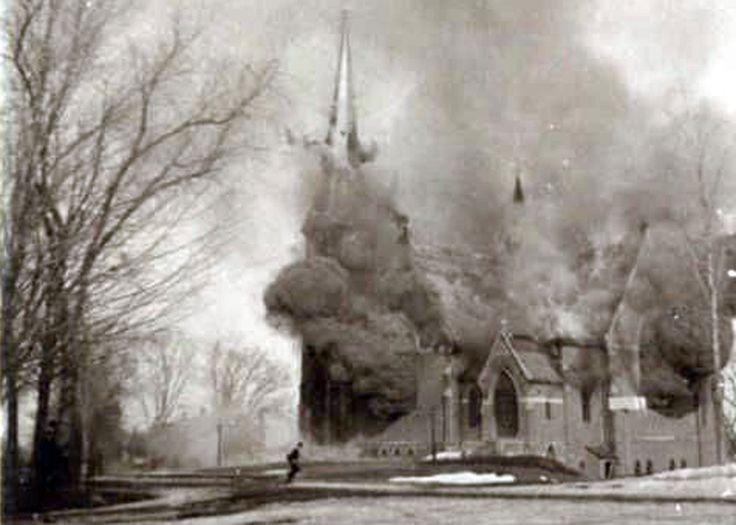 13 persone sono in ritardo per le prove del coro. Questo salverà loro le vite perchè la chiesa esploderà a causa di un problema alle tubature del gas.