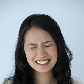 Per avere un po' di sollievo dal mal di denti, se si tratta di un'infiammazione passeggera o si è in attesa di poter andare dal dentista, si possono usare diversi rimedi della nonna:- un trito di cip