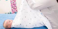 L'emmaillotage des nourrissons est une pratique qui se développe en France. Il est vrai que cet enveloppement peut leur procurer un sommeil apaisé. Trois méthodes au choix : sirène, lange fermé, australienne.