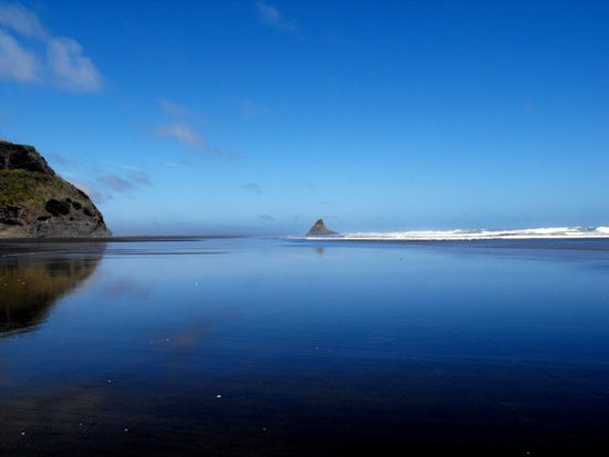 Karekare #beach in Spring, at the west coast of #Auckland in #NewZealand http://www.new-zealand-vacations-in-west-auckland.com/surfing-locations.html