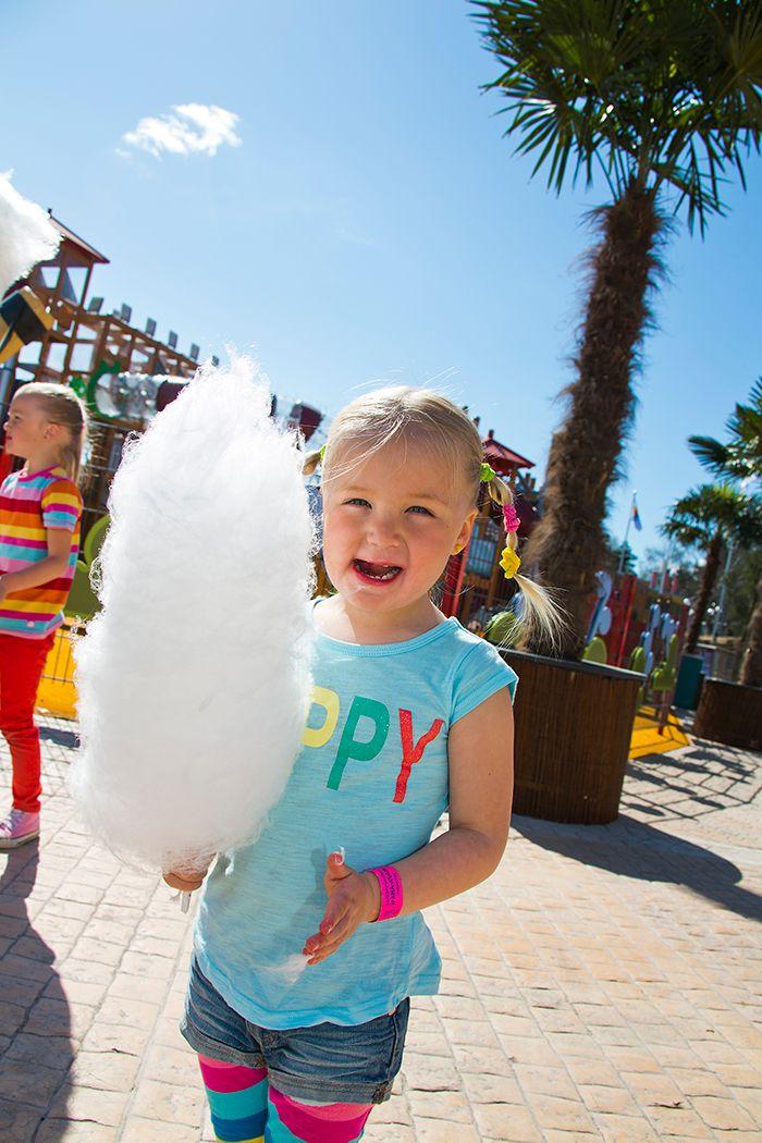 Särkänniemessä maistuvat monet huvipuistoherkut. Huvittelupäivän kruunaa hattara. Cotton candy @ Särkäniemi