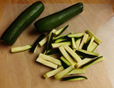 Questi bastoncini di zucchine impanate al forno sono buonissimi. Un contorno davvero facile da preparare e leggerissimo, quindi perfetto anche per chi sta