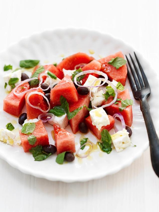 salade van watermeloen, feta, munt, olijven en rode ui