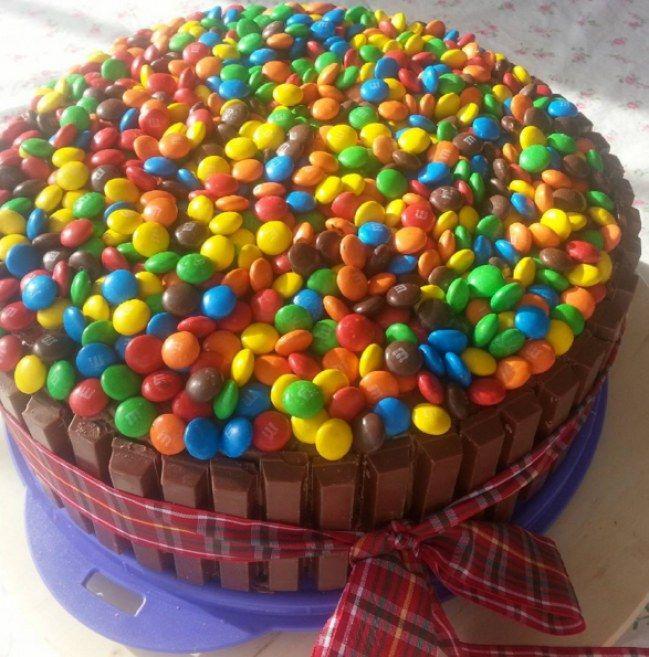 Jouez avec les bonbons pour customiser un beau gâteau danniversaire ...