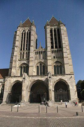 Cathédrale Notre-Dame de Noyon  L'édifice que nous voyons actuellement n'est pas la première cathédrale de la ville de Noyon. Quatre cathédrales ont été construites avant l'actuelle. Celle-ci fut édifiée à partir de 1145 sur le site d'une église romane incendiée en 1131, et est chronologiquement la deuxième cathédrale gothique construite en France, après la cathédrale de Sens (1135) et avant les cathédrales de Laon et Paris.