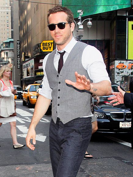 E o Ryan Reynolds está usando um look jeans dos mais arrumadinhos com camisa, colete e gravata.