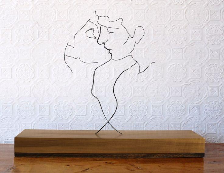 """""""The Kiss"""" (2012), escultura de arame sobre base de madeira de Gavin Worth, artista do Zimbabwe, Africa.  Veja mais em: http://semioticas1.blogspot.com.br/2014/05/lygia-clark-no-moma.html  ."""