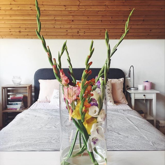 Do everything with so much love in your heart that you would never want to do it any other way. #interior #bedroom #bed #gladiolus #gladiolen #flowers