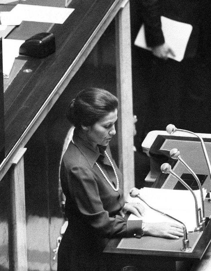 Simone Veil, devant l'hémicycle, le 26 novembre 1974défendant la loi pour la liberté de l'avortement.