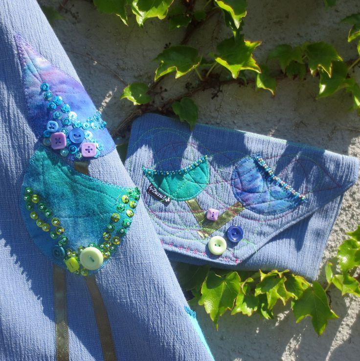 Nebesky+modrá+s+kabelkou...+Veselá+půlkolová+sukně+v+krásné+světle+modré+barvy+je+ušita+z+látky+hrubší+struktury,+lv+nemačkavé+úpravě,+takže+odpadne+pracné+žehlení+:-)+Sukně+je+vsazena+do+vyššího+9cm+hodně+pružného+úpletu.+Celou+sukni+zdobí+aplikace+květů+tulipánů+z+batikované+bavlny,+některé+aplikace+jsou+dozdobeny+ještě+barevnými+knoflíčky+a+třpytivými+...