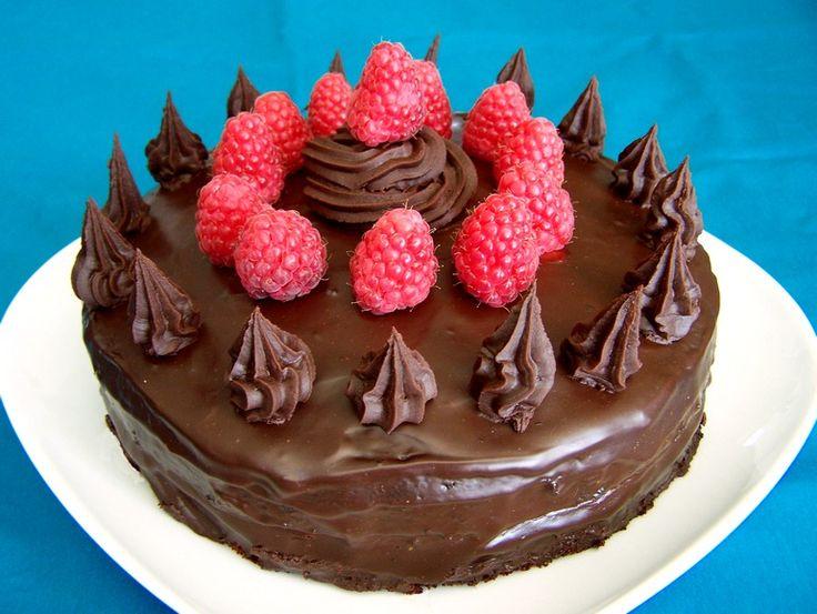 Een hele lekkere, maar wel behoorlijk machtige chocolade-frambozentaart. Het is een heel fijn recept, want de taart is niet moeilijk om te maken, je kun alle ingrediënten in de supermarkt halen en als hij klaar is ziet het er heel indrukwekkend uit!