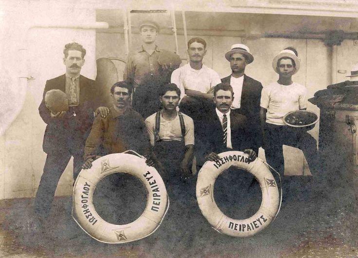 Members of the crew of the 1913-built cargo steamship IOSSIFOGLU, constructed in UK for Greek interests. /  Μέλη του πληρώματος του νεότευκτου ελληνικού ατμοπλοίου IOSSIFOGLU που ναυπηγήθηκε το 1913 στο Ηνωμένο Βασίλειο