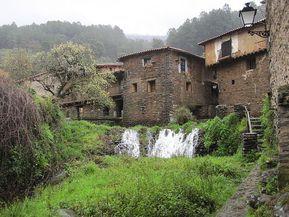Robledillo de Gata es un precioso pueblo de Cáceres famoso por su arquitectura y su situación geográfica. Un pueblo lleno de encanto en medio de un valle.