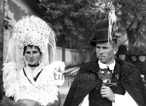 Ein Brautpaar in traditioneller Brautkleidung ullstein bild - ullstein bild/Timeline Images #black #white #schwarz #weiß #Fotographie #photography #historisch #historical #traditional #traditionell #retro #nostalgic #Nostalgie #Hochzeit #Heirat #marriage #wedding #Ehepaar #justmarried #Hochzeitspaar #Brautkleid #Anzug #Schleier #Damenmode #Herrenmode #20er #30er