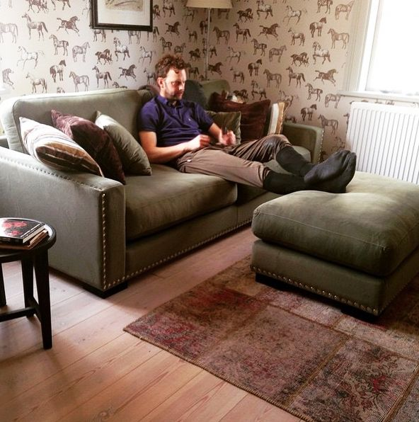 Grön sammetssoffa Valen. Nitar, sammet, sammetsmöbler, sammetstyg, soffa, vardagsrum, puff, fotpall, pall, sittpuff, vintagematta, matta, vintage, brun. http://sweef.se/sweef-lyx/220-valen-sammet-flera-storlekar.html