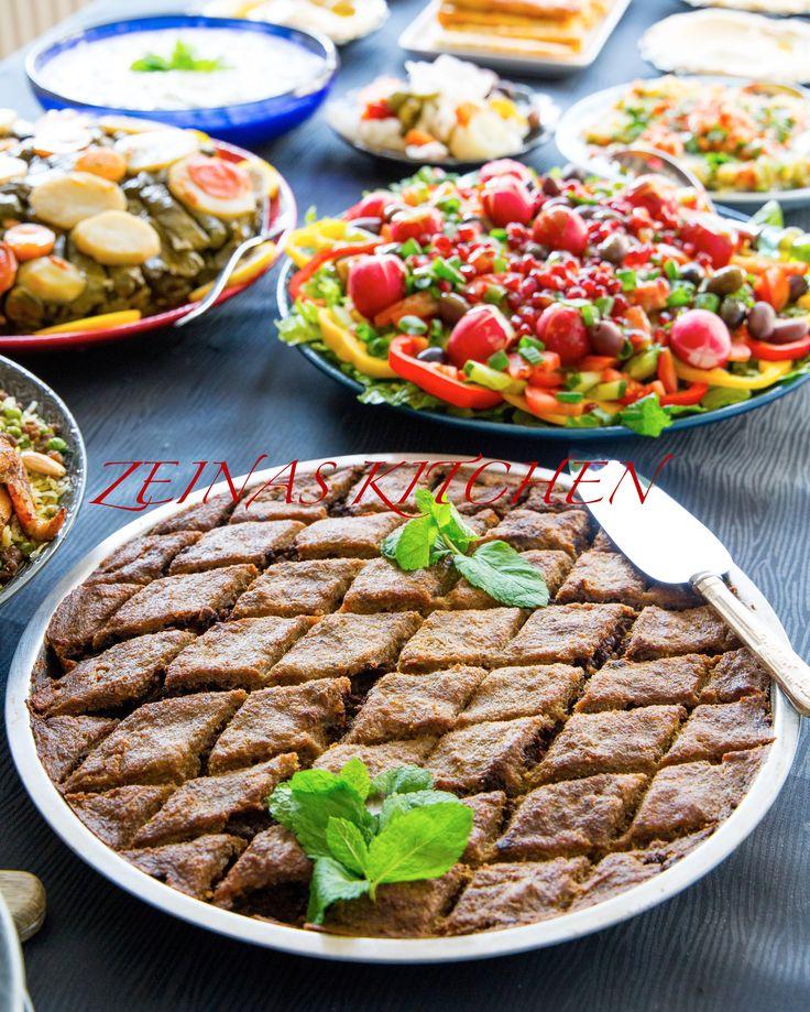Kebbe bel sonije är en libanesisk delikatess som kan beskrivas som köttfärspaj med bulgur. Kebbe är en fylld deg av något slag.