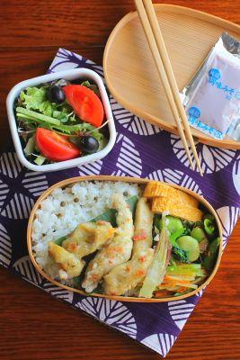 山椒ご飯ささみの梅天ぷら出汁巻き卵じゃがいもと人参、絹さやの胡麻和え青梗菜とそら豆の中華風和えものスナップエンドウのおかか和え茗荷の天ぷらサラダ今日は「ささみの梅天ぷら」が主役のお弁当。天ぷら衣に叩いた梅肉と青海苔を加えて揚げたものです。ち