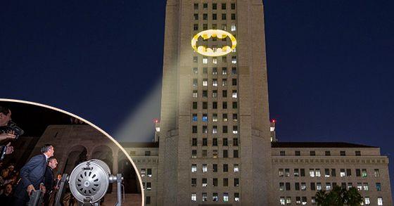 Il BAT-SEGNALE ha illuminato Los Angeles in memoria di ADAM WEST