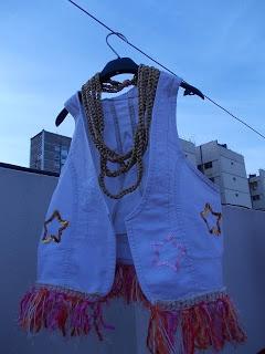 Chaleco de jean con bordados en lentejuelas y flecos con tejidos crochet, collar de cadenas tejido crochet.